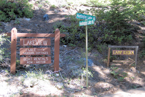 Sign pointing to Lakeview Cottages from the intersection of Huntington Lodge Rd. and Huntington Lake Rd. at the southwest corner of the lake.